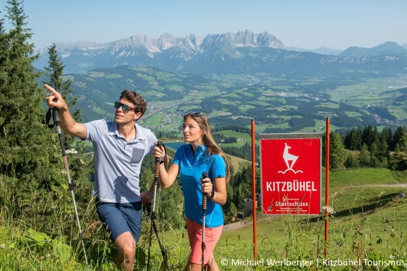 Paar wandert in Kitzbühel