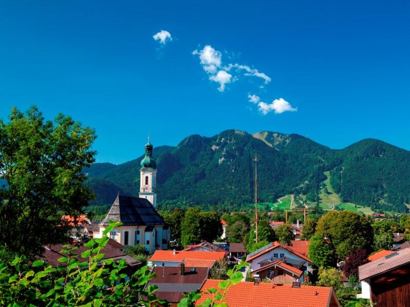 Blick über Lenggries mit der Pfarrkirche St. Jakob zum Brauneck