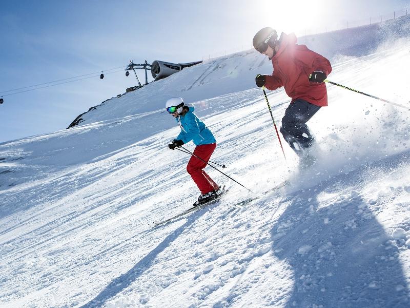 Skifahren Pitztaler Gletscher Weiße Berge grüne Täler