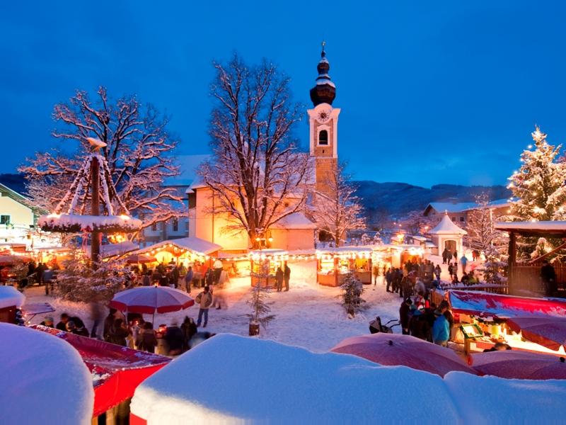"""Wenn der """"Advent.Markt"""" auf dem Marktplatz im Lichterglanz erstrahlt, wächst in Altenmarkt-Zauchensee die Vorfreude auf Weihnachten. Foto: Altenmarkt-Zauchensee-Tourismus Advent Weihnachten Weihnachtsmarkt"""