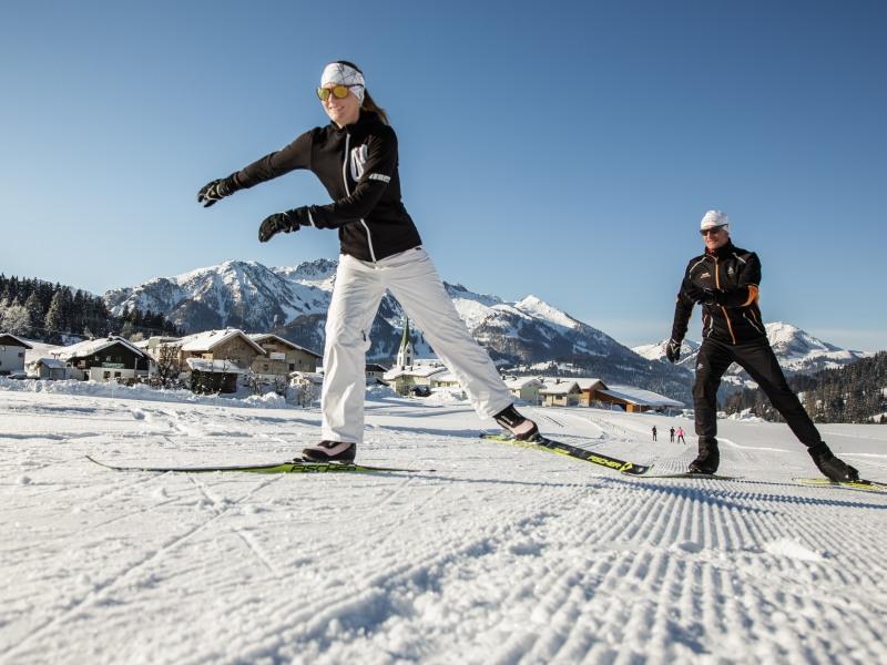 Den Rhythmus finden: Skating mit Coach – und erstmal ohne Stöcke. Foto: Sportalpen
