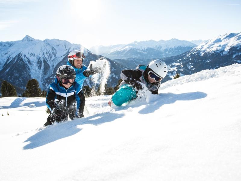 Papa greift von hinten an: Schlacht im Schnee. Foto: hochzeiger.com, Daniel Zangerl