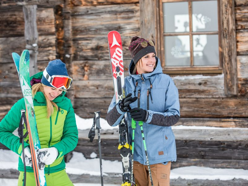 Mädchen Skifahren Hütte Urlaub Kitzbüheler Alpen Winter Ski