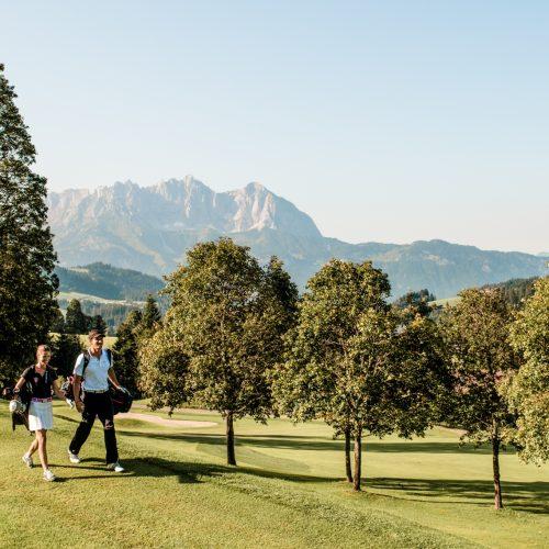 Paar auf Golfplatz in Kitzbühel