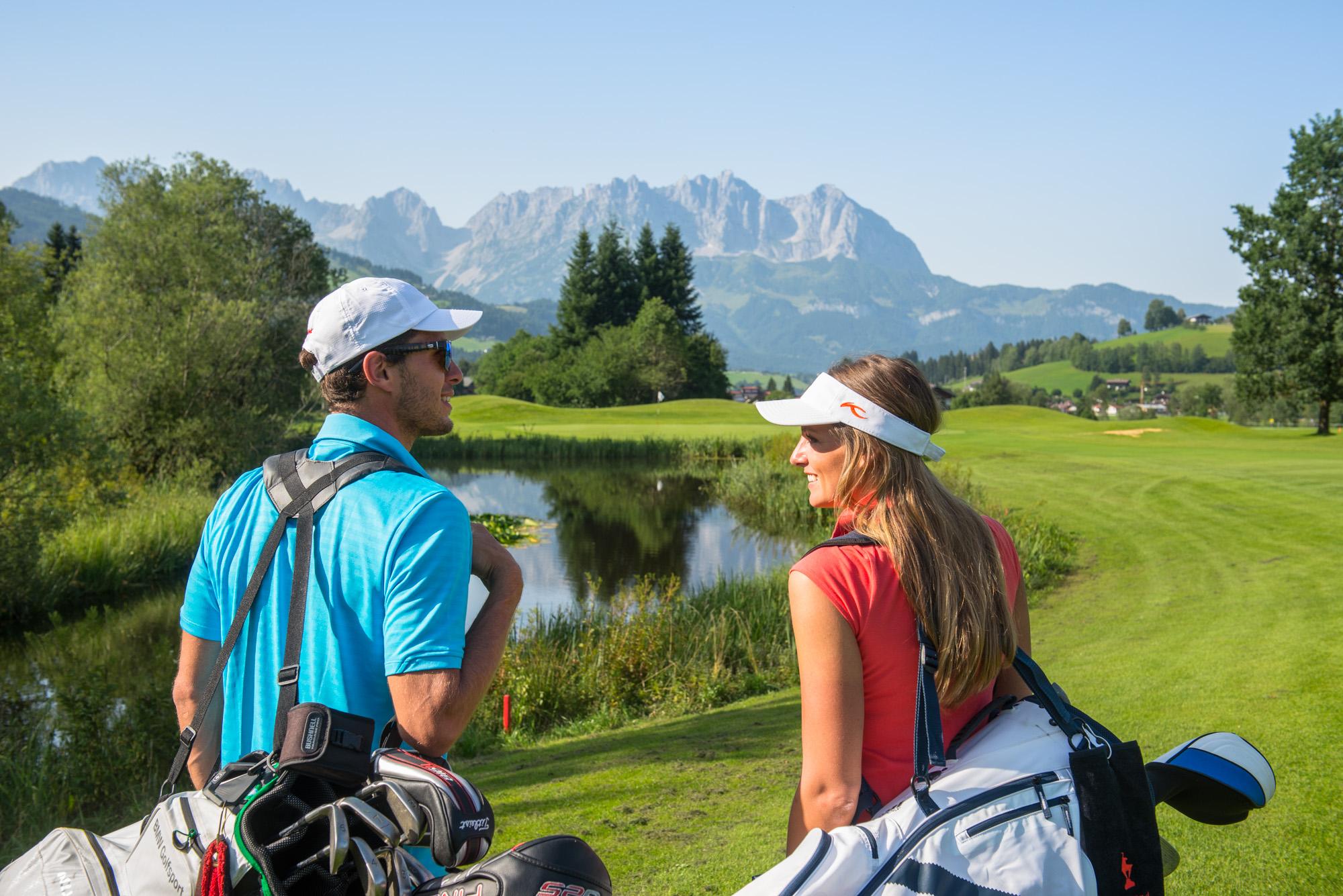 Kitzbühel Golfplatz Mann und Frau Golfen