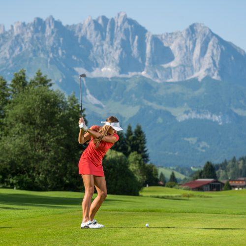 Golfspielerin vor dem Hahnenkamm Kitzbühel