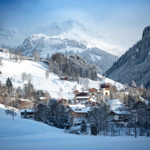 Winter Schnee Kleinstadt Dorf Aurach umgeben von Bergen Natur