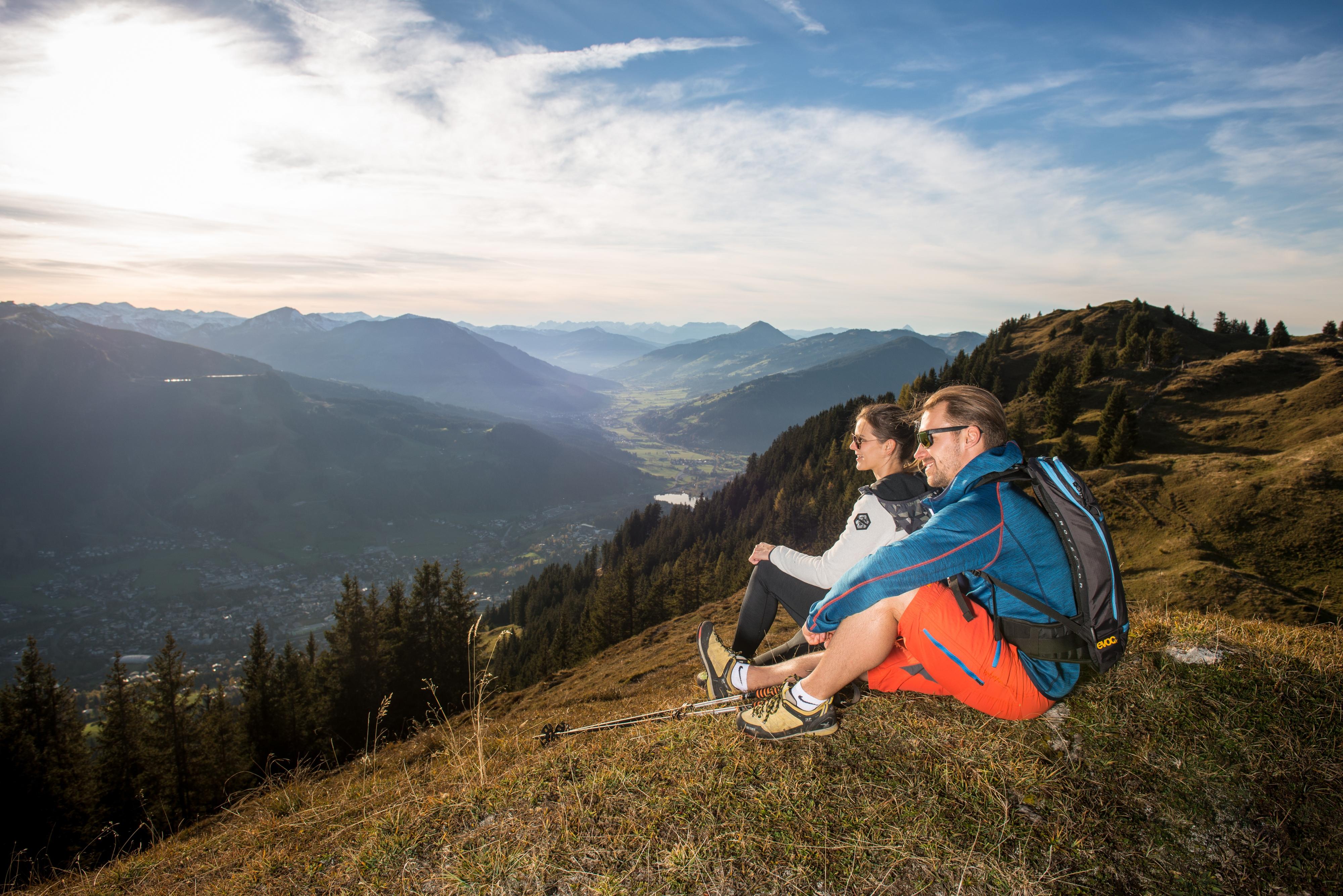 Paar genießt Ausblick des Kitzbüheler Horn
