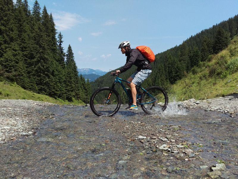 E-Bike Mountainbiken Fahrradfahren Radeln Natur Fluß Landschaft Berge Wildschönau Alpen