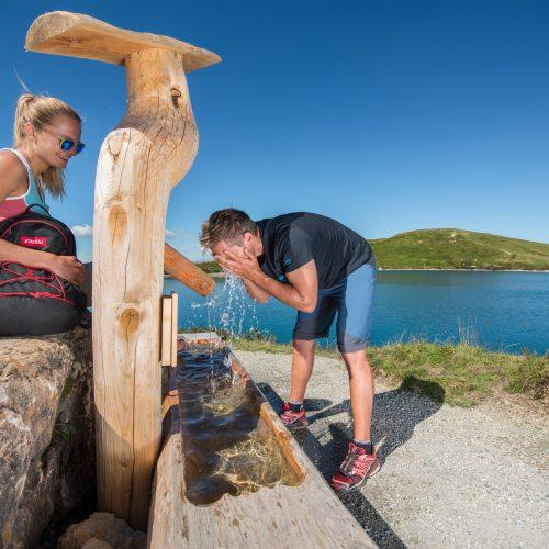 Erfrischung am Brunnen See nach Wandern Kitzbühel