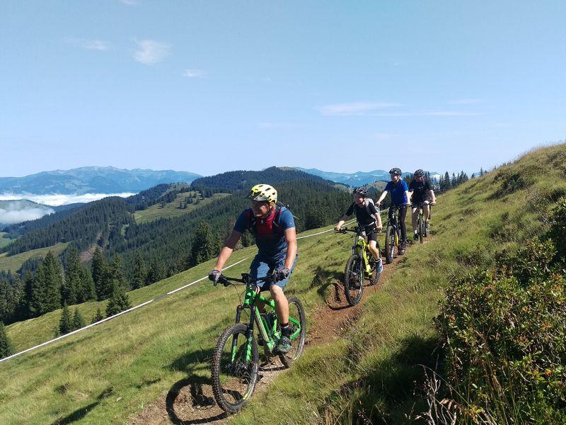 Radtour Ausflug Familie Gruppe Wildschönau E-Bike Hiken Wandern Biken Mountain ALpen Natur Frühling Sommer