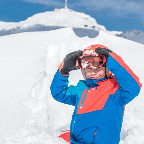 Kleiner Junge im Schnee Winter Skifahren