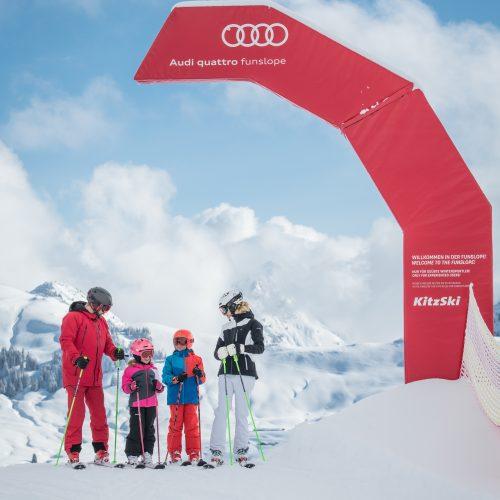 Ausflug mit der Familie im Winter Skifahren am Kitzbüheler Horn