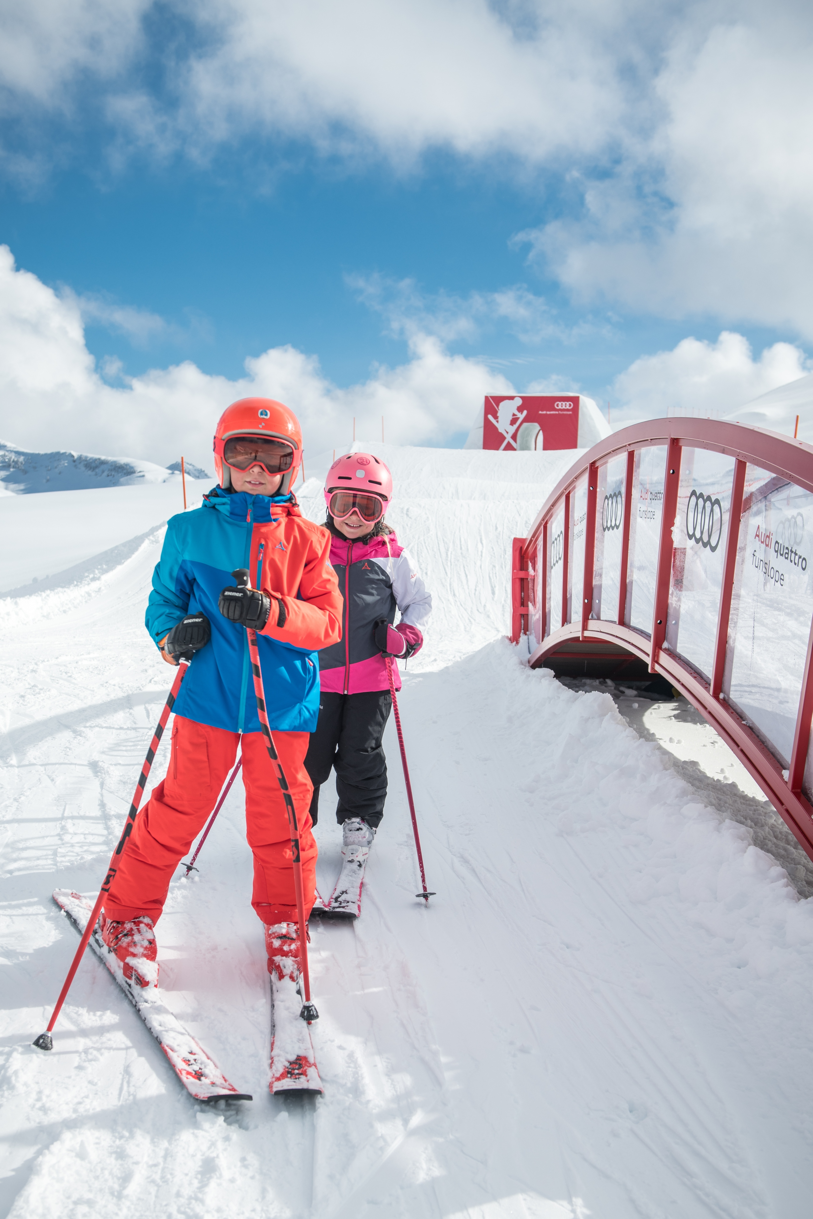Muter und Tochter fahren Ski Schnee Alpen