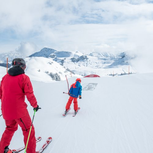 Vater und Kind fahren Skii am Kitzbüheler Horn