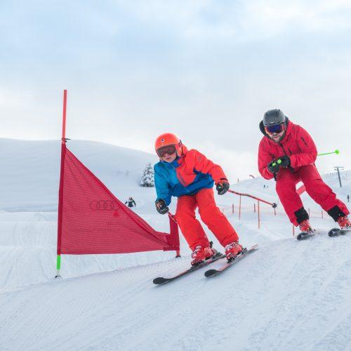 Vater und Sohn Skifahren in Kitzbühel