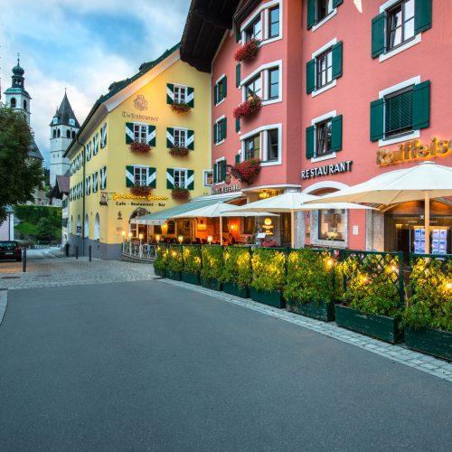 Innenstadt Kitzbühel bunte Häuser und Restaurants