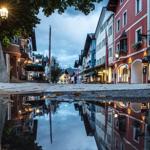 Innenstadt Kitzbühel nach Regen mit Soiegelung in Pfütze