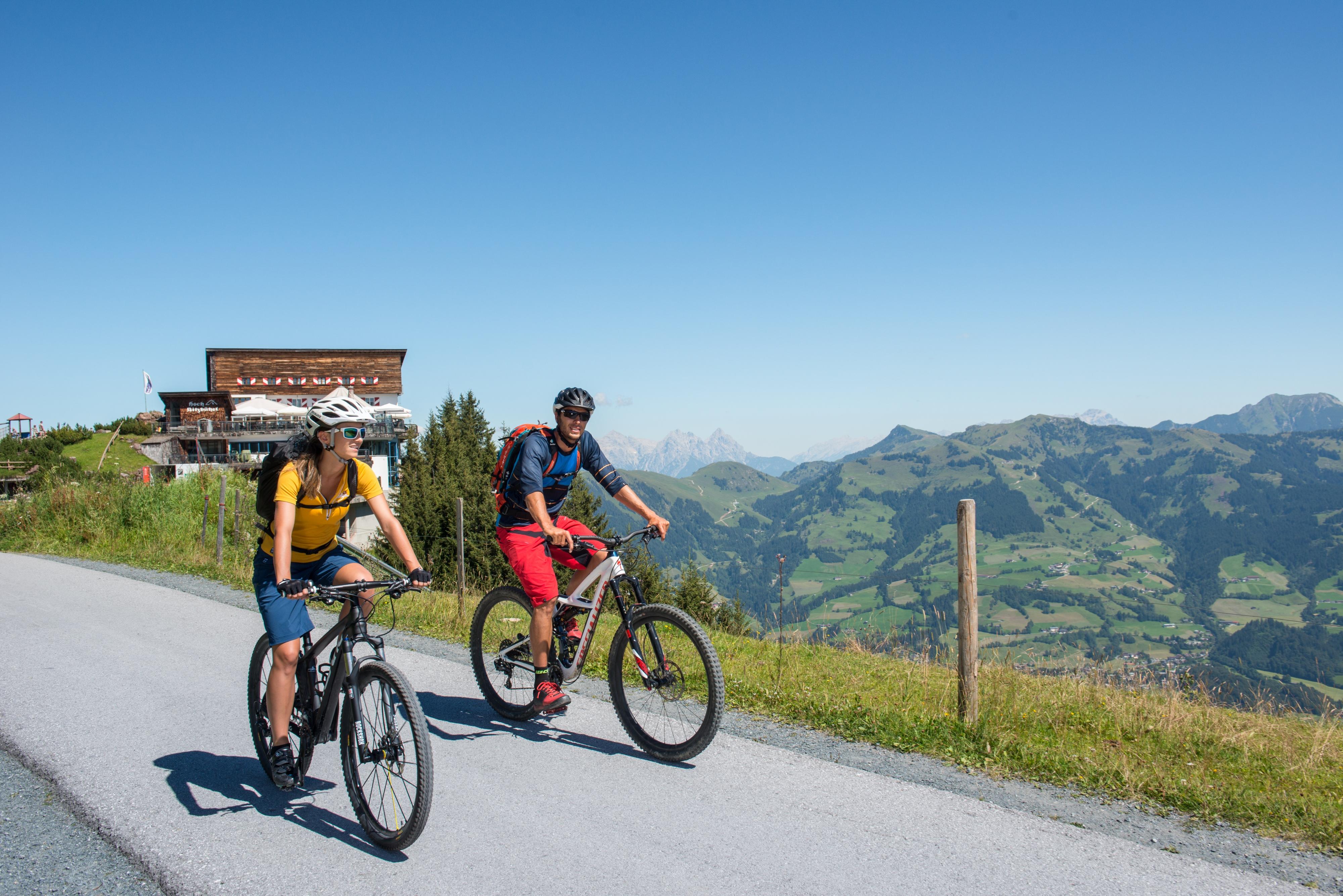 Radfahrer Paar Sonne Alpen