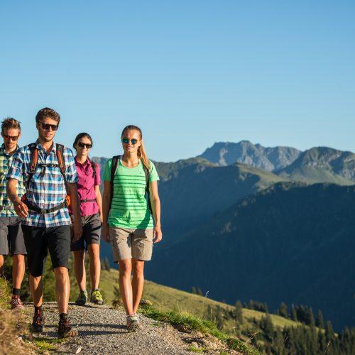 Freunde wandern in Kitzbühel