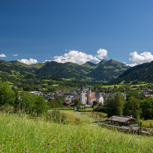 Kitzbühel in grüner Landschaft Natur Berge Wiesen