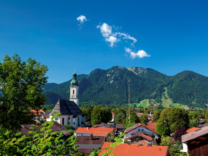 Blick über Lenggries mit der Pfarrkirche St. Jakob zum Brauneck,