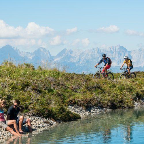 Sommer Radfahrer Wanderer See Berge Kitzbühel