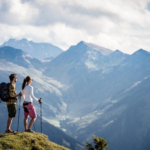 Aussicht Berge Alpen Kitzbühel Wanderer Mann und Frau