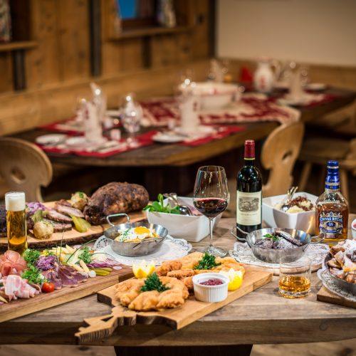Speisen Getränke auf Tisch Wein Bier Essen Fleisch aus Österreich