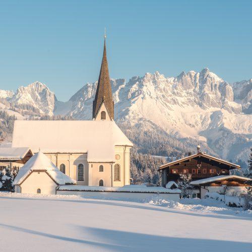 Winterlicher Ort Reith in der Nähe von Kitzbühel im Schnee