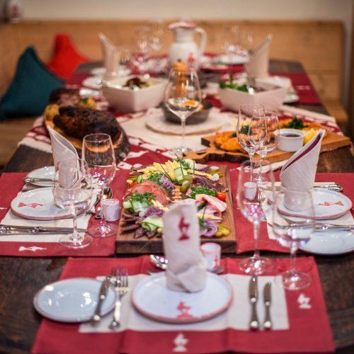 Genuss Essen gedeckter Tisch Regional Österreich Getränke Speisen