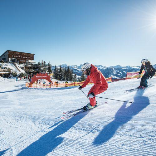 Skifahren im Skigebiet Kitzski Hahnenkamm Mann und Frau