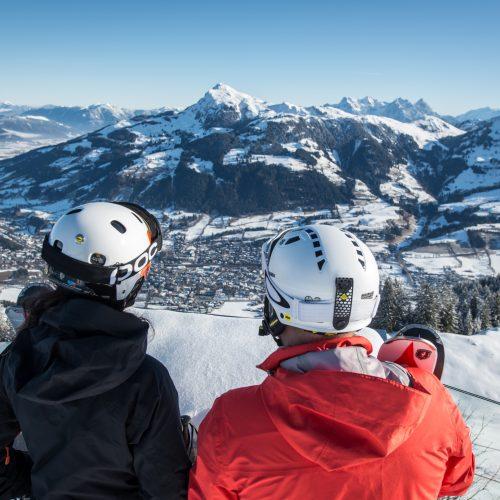 Paar genießt die Aussicht beim Skifahren
