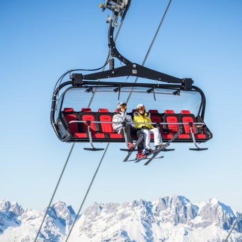 Skilift in Kitzbühel über dem Hahnenkamm Mann und Frau