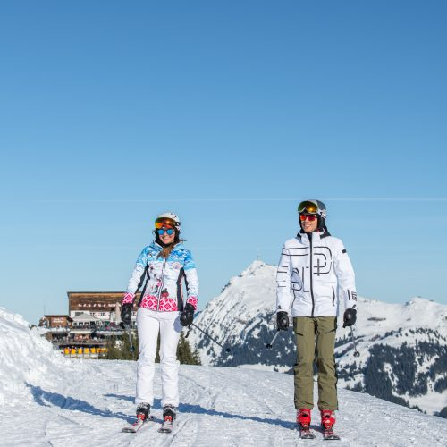 gemütlich Skifahren ein Paar in Kitzbühel