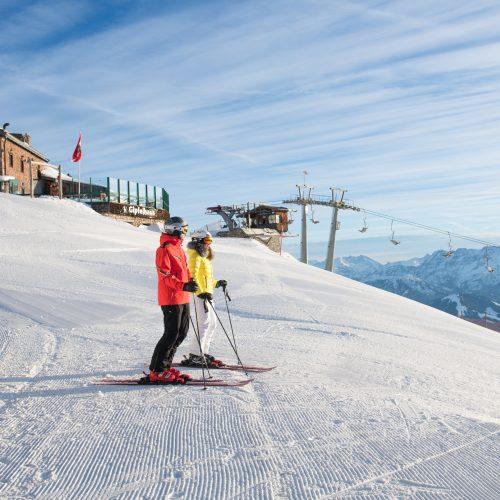 Mann und Frau fahren Ski betrachten Kitzbüheler Horn und Skilift