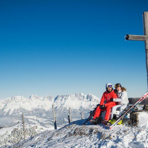 Paar Wintersport Bank Alpen Hahnenkamm