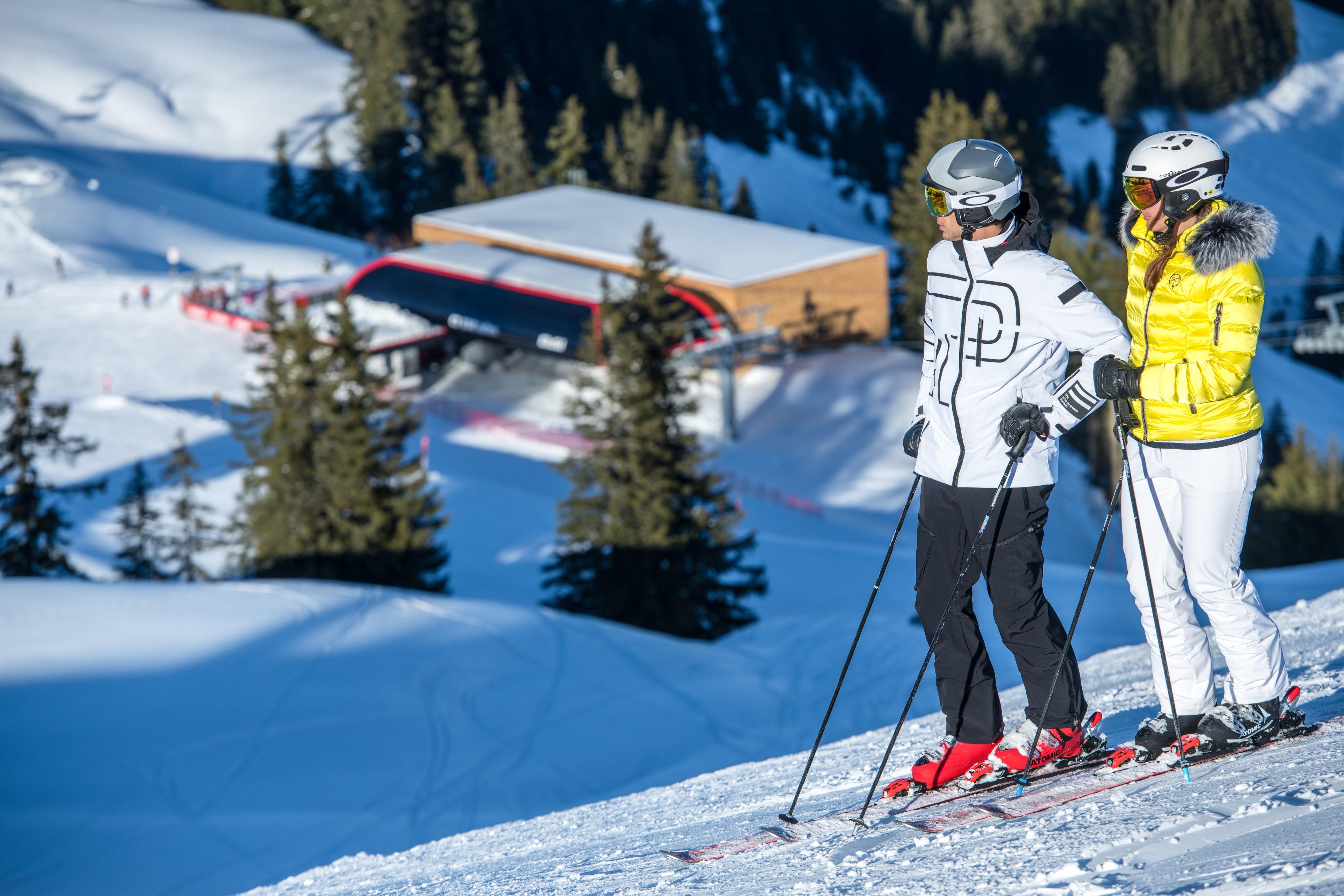 Paar fährt Ski in Kitzbühel