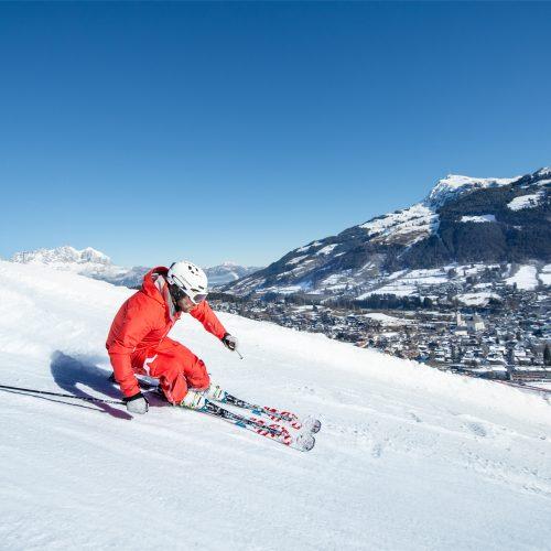 Mann fährt Ski in Kitzbühel Hahnenkamm