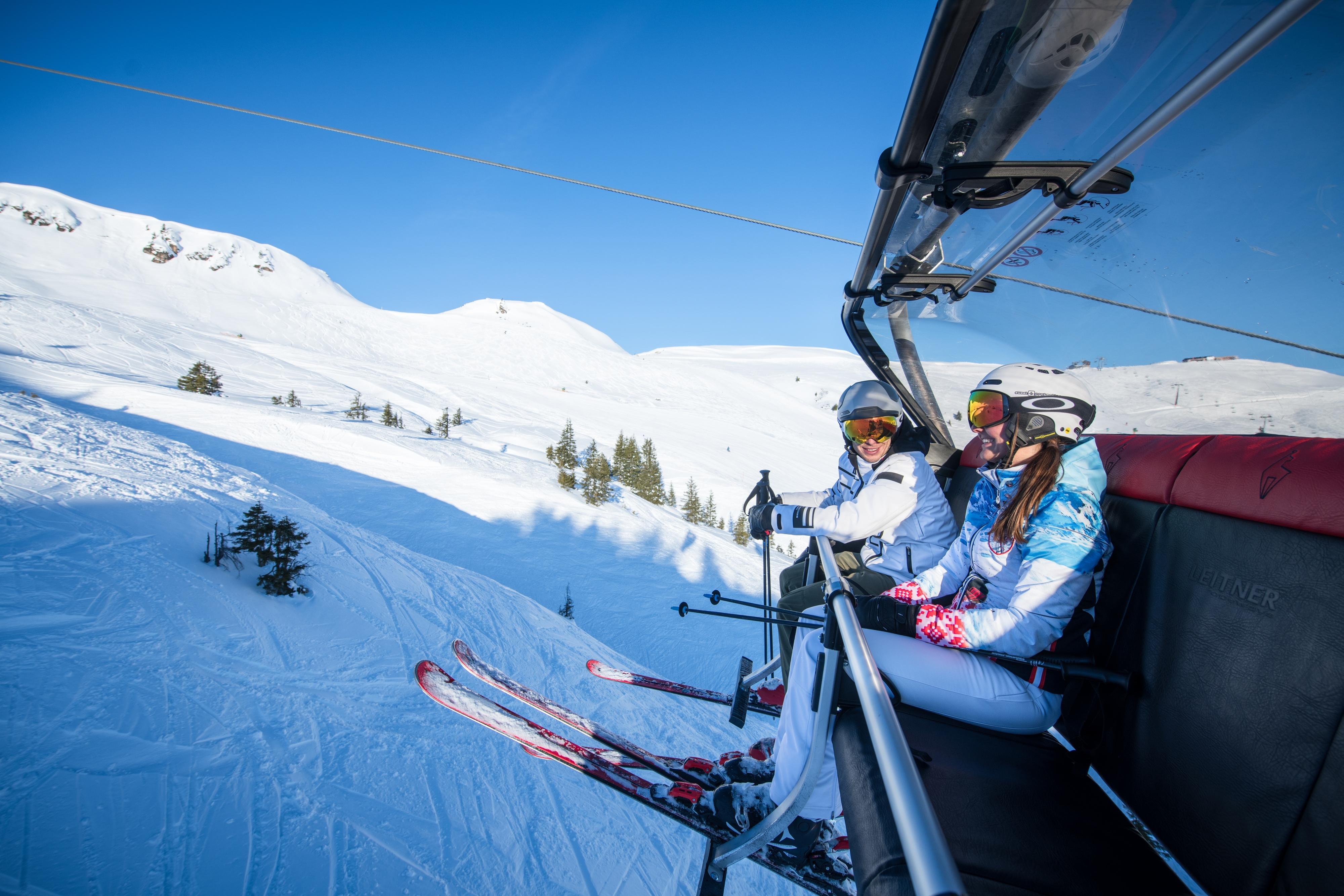 Skilift Zwei Personen Frau fahren zum Skifahren