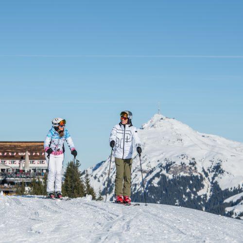 Abfahrt Hahnenkamm Mann und Frau Winter Skifahrt