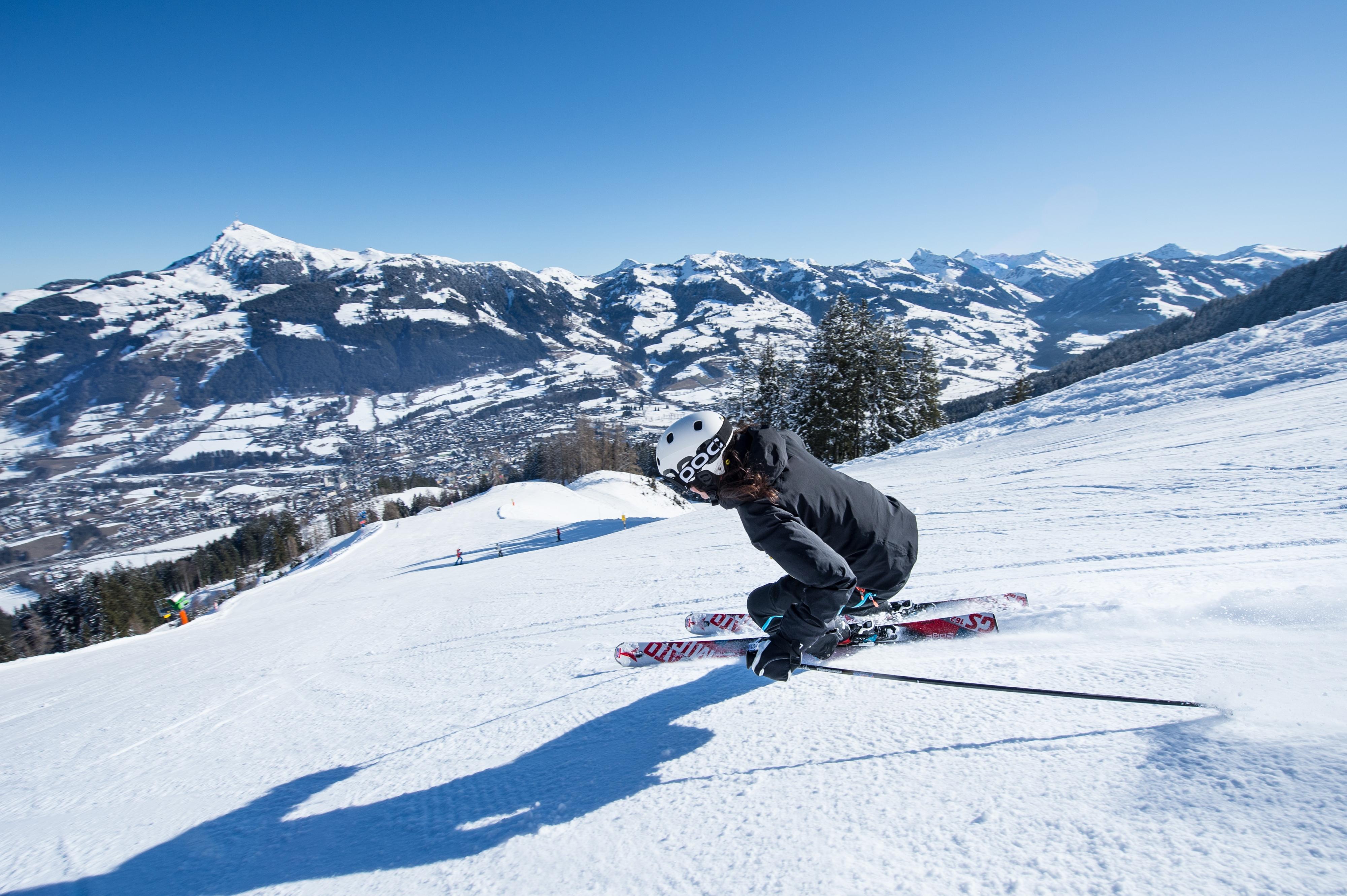Frau fährt Ski in Kitzbühel