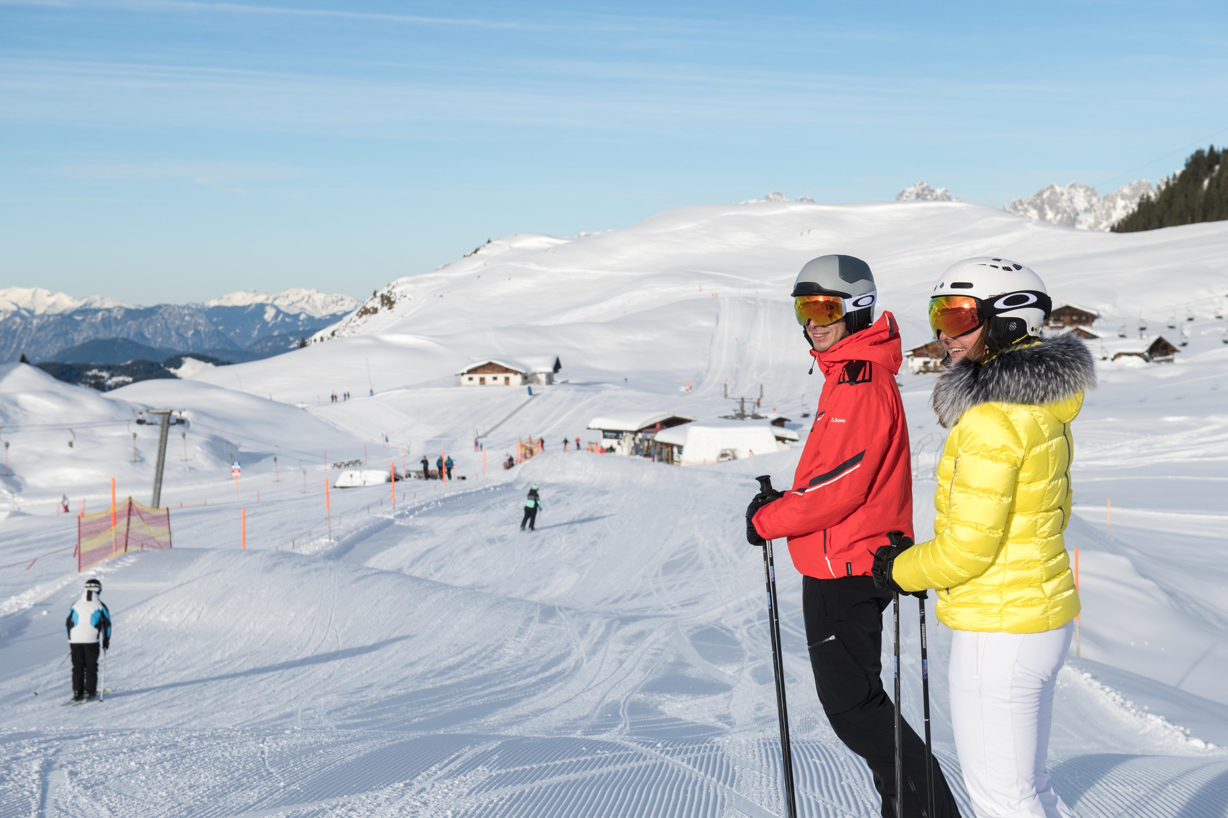 Skifahren in Kitzbühel als Paar Urlaub machen Österreich