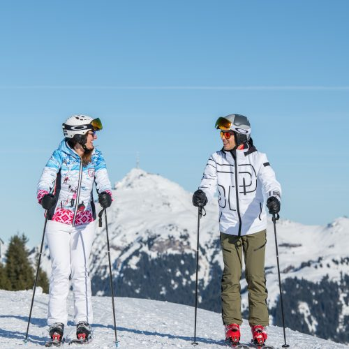 langsam entspannt Skifahren Paar Urlaub in Kitzbühel