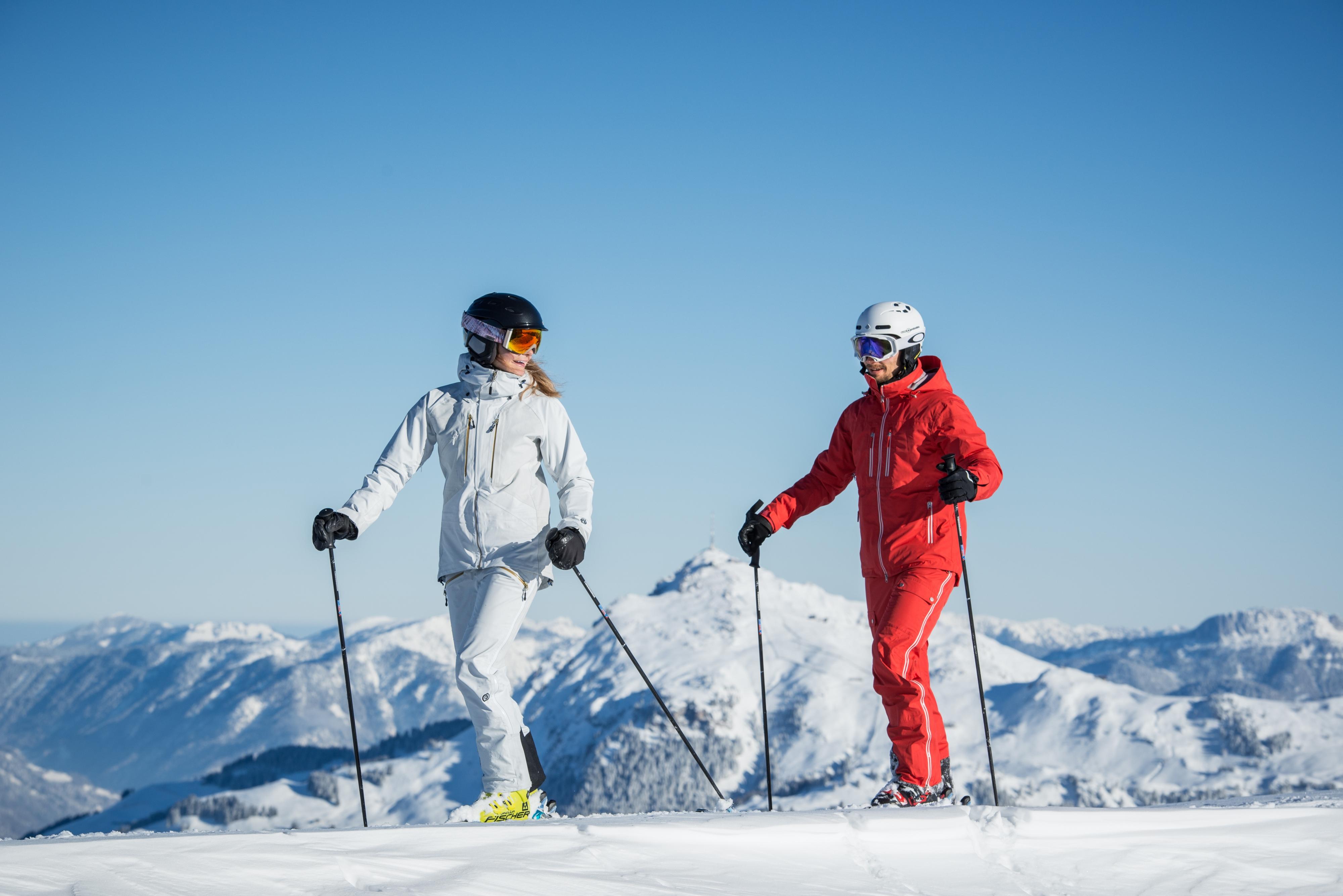 Paar Skifahren zusammen in KitzSki Gebier