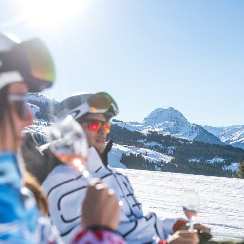 After Ski Entspannung Paar Rose Wein Schnee