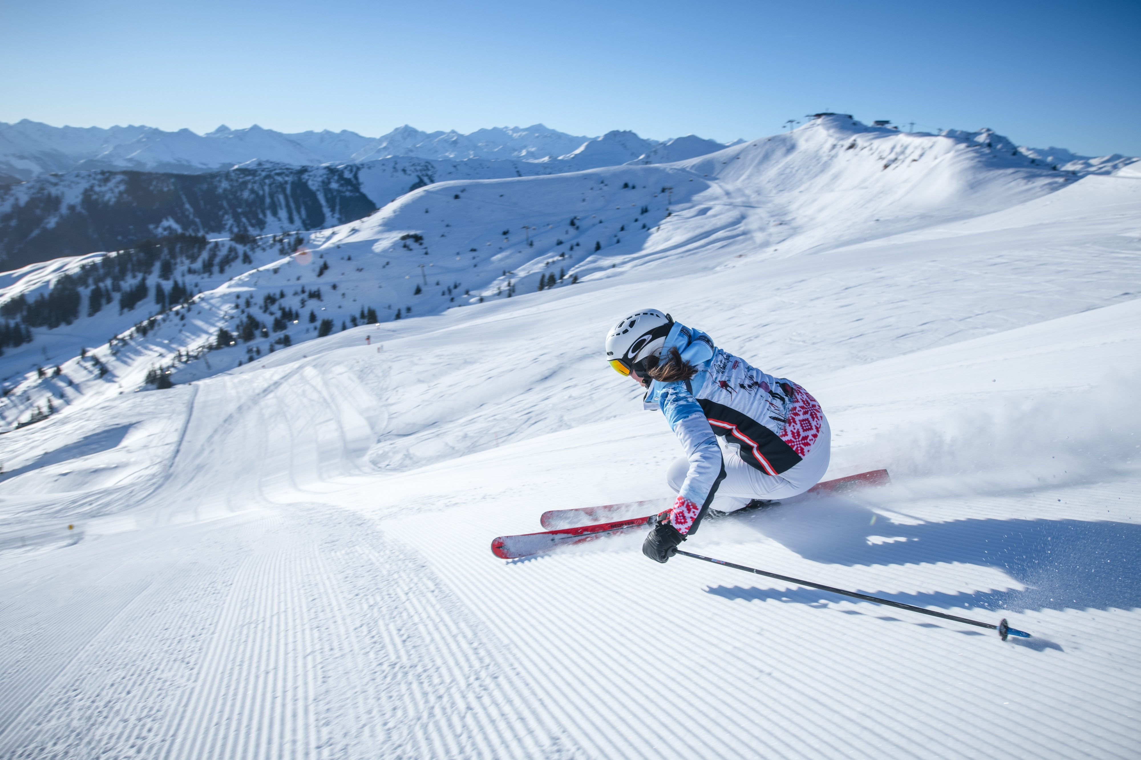 Skifahrerin aktiv im Schnee