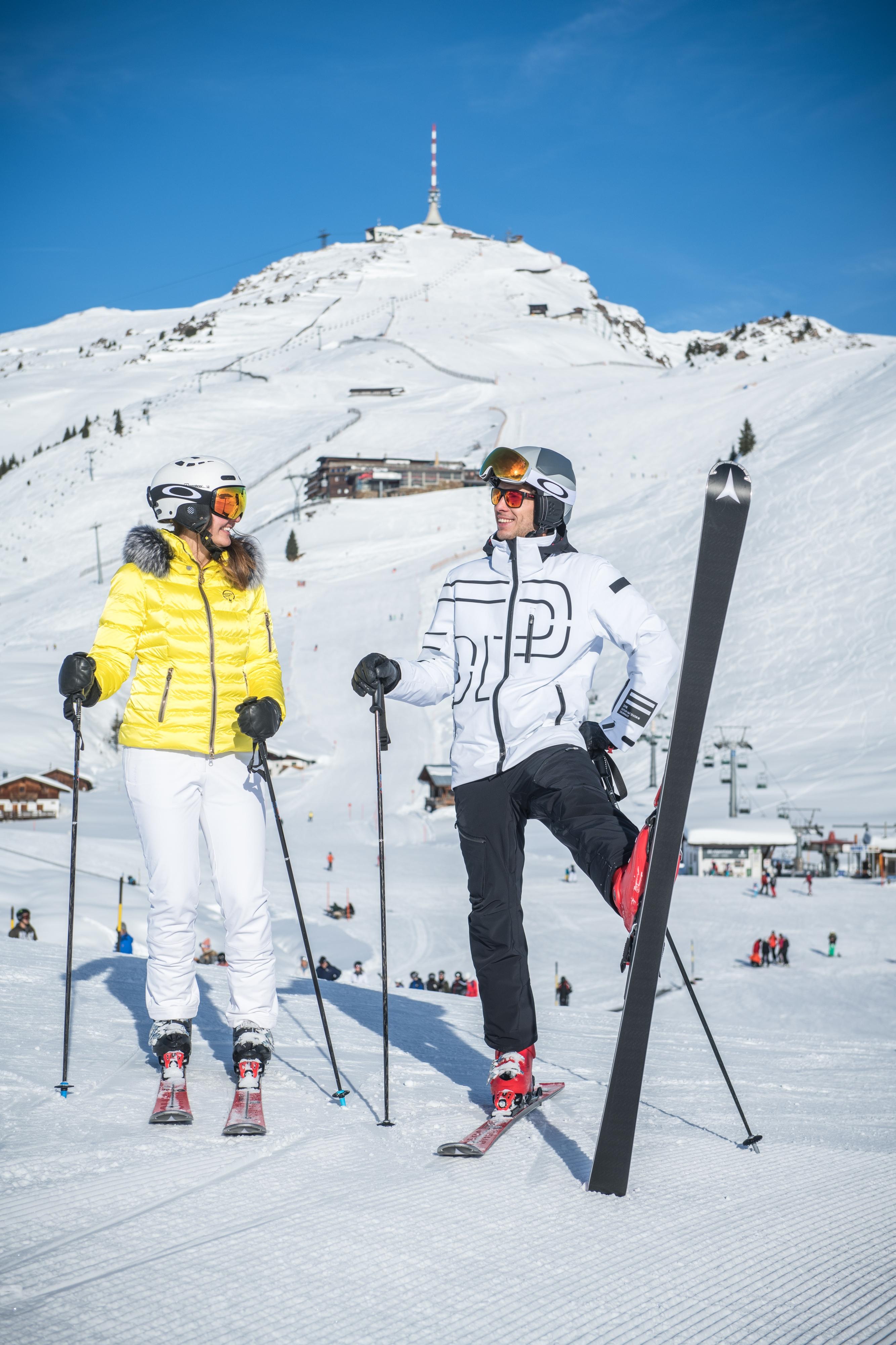 Skifahrer Paar am Kitzbüheler Horn mit Stöcken auf der Skipiste