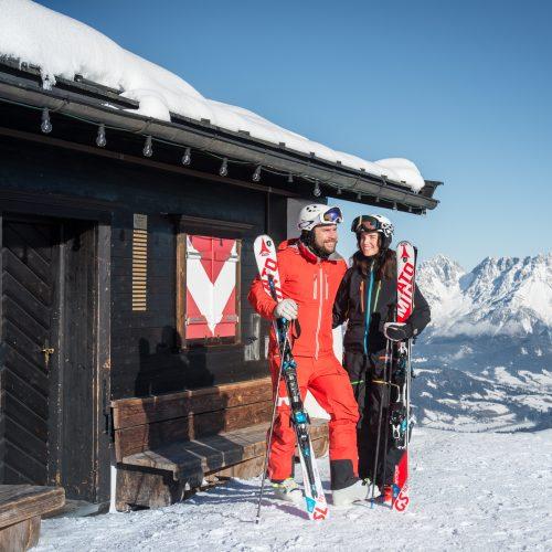 Skifahrer in Kitzbühel am Hahnenkamm-Rennen gute Laune Sonnenschein