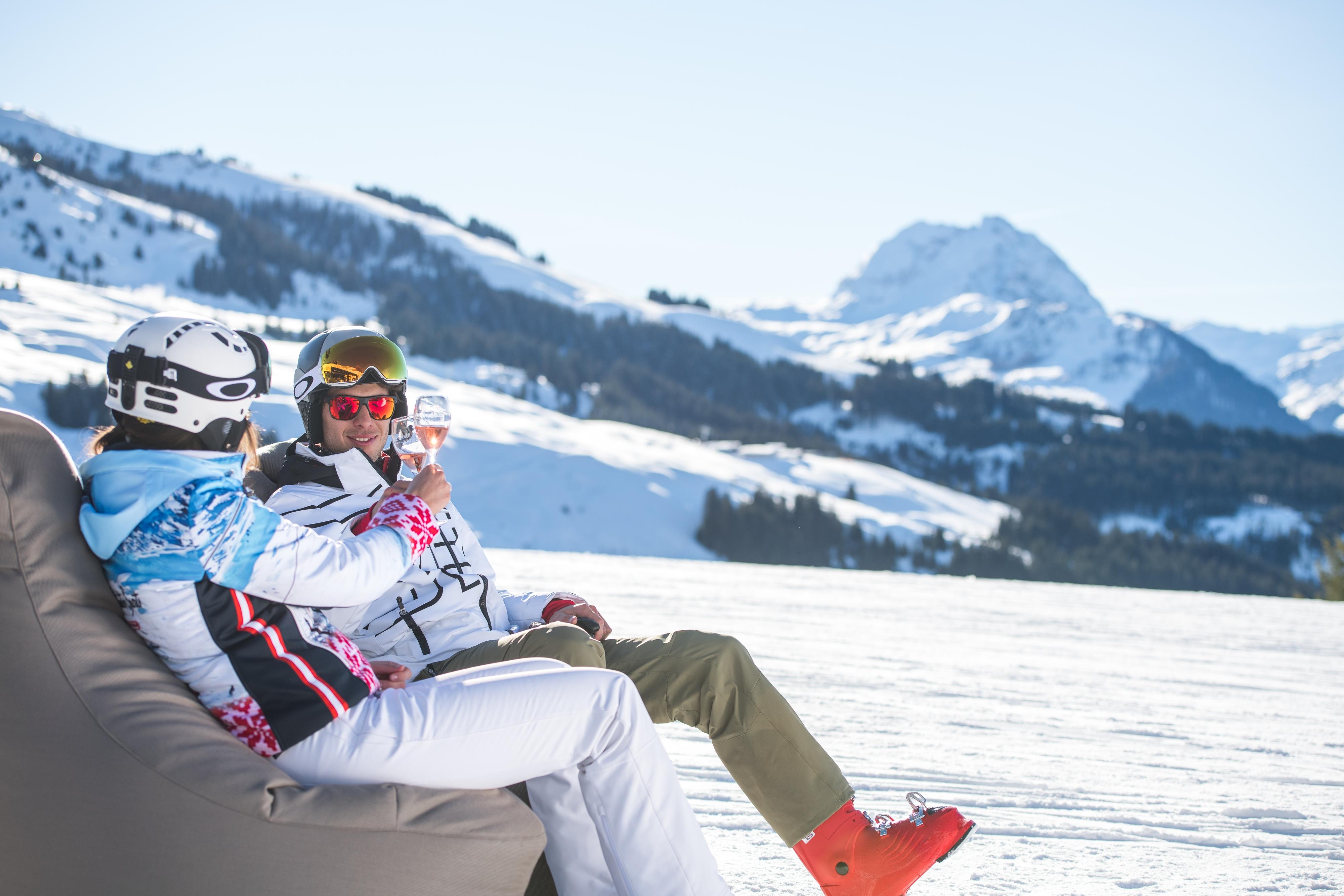 Paar Rose Wein anstoßen nach Skifahren Winter